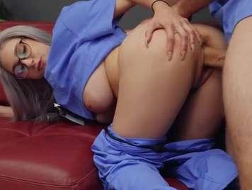 Enfermera folla con su compañero postura perrito