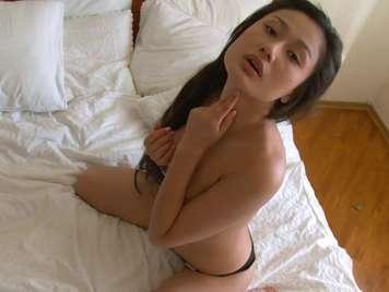 Asiatica geil masturbiert bis zum