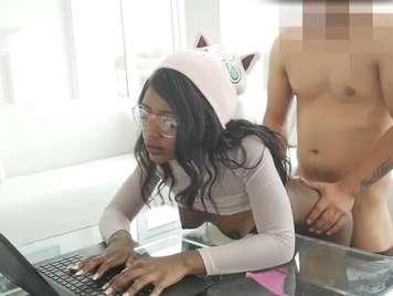 Interracial sexo duro con un coño moreno y corrida facial