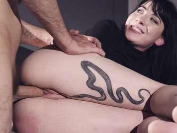 Tatuada con conejo depilado recibe creampie vaginal