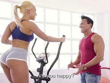 Vollbusige Blondine, indem Sie Aerobic gefickt zwischen