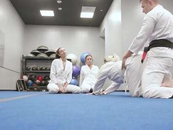 Quartetto con l'insegnante di judo e sborrata facciale