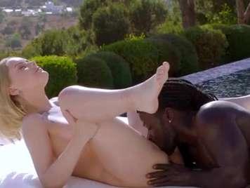 Interracial rubia folla al aire libre con una tranca negra