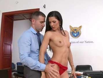 Secretaria cachonda se desnuda y folla con el jefe