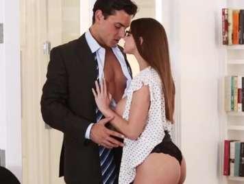 Secretaria haciendo una buena mamada a su jefe