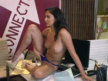 Secretaria muy cachonda seduce al jefe sobre la mesa