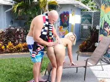 Follando con su vecina en la piscina privada