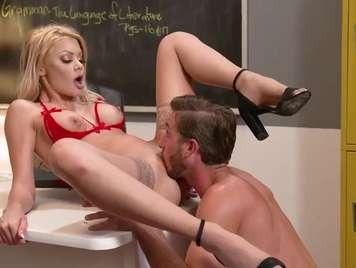 Profesora rubia con el coño rasurado busca sexo duro