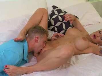 Tattooed Domestiche seduce il figlio del vicino