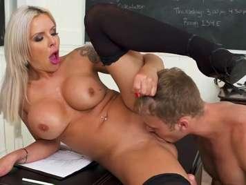 Profesora con las piernas abierta seduce a un alumno
