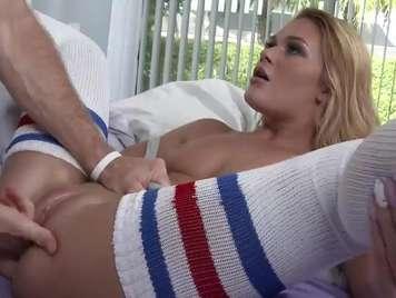 Calcetines rubia con el chocho rasurado disfruta del sexo