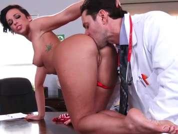 Doctor examina a profundida a su paciente