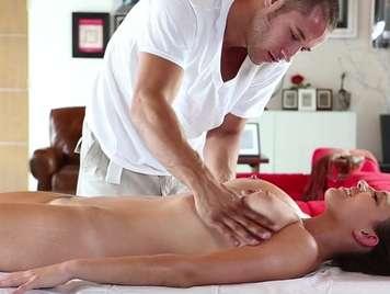 Massaggiare una bruna con un corpo perfetto