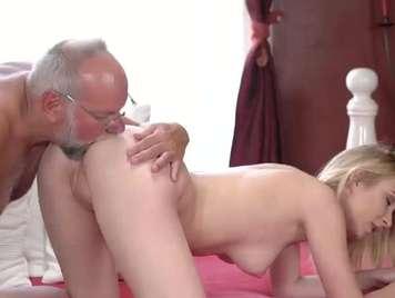 Adolescente de 19 años follando con su padrastro xxx