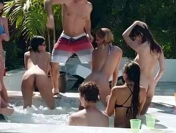 Bikini-Orgie im Pool mit heißen Girls
