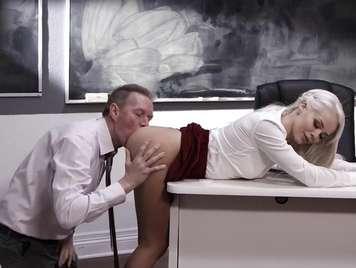 Profesor le come el culo a una alumna sobre el escritorio