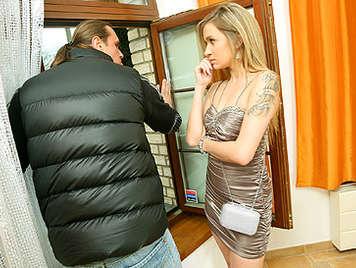 Mujer infiel pillada infraganti brutalmente follada y castigada