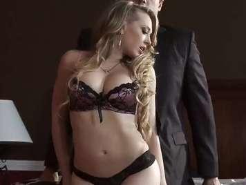 Sensual rubia en bragas seduce a su hombre xxx