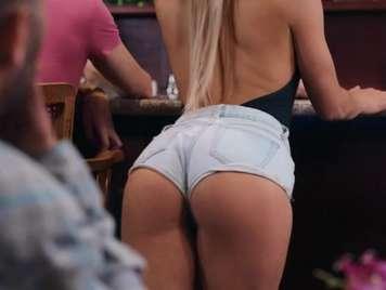 Pantaloncito sexy de una camarera seduce a un cliente
