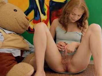 Agradable adolescente juega con su coño y culo
