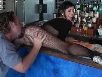 Publico follando a la camarera del bar xxx