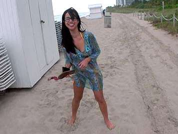 Asiatica con cuerpo de latina y gafitas sexys pillada en la playa y follada en el hotel