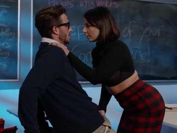 Profesora seduce a un alumno nerd y se lo folla