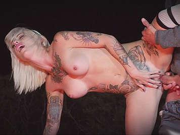 Follando a rubia con el cuerpo lleno de tatuajes de camping