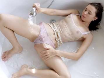 Junges Mädchen masturbiert in der Badewanne