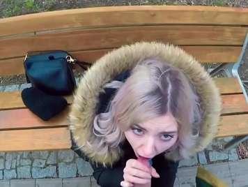 Mamada de un bella rubia en la calle