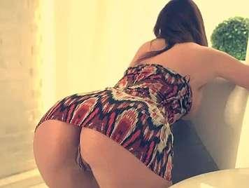Culo di una giovane donna in un vestito facendo squat