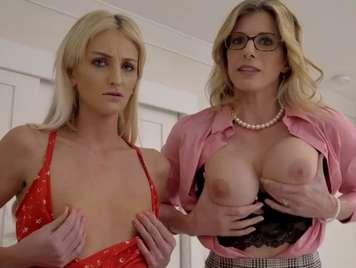 Mutter und Stieftochter lehrt, ihre Brüste zu einem jungen Mann