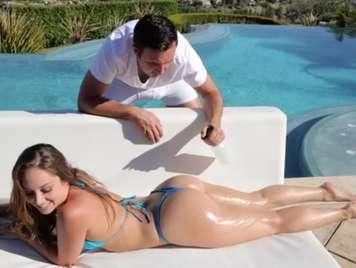 Bikini una adolescente tomando el sol se pone muy caliente