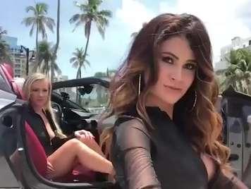 Molto belle lesbiche figa mangiato in una vettura sportiva