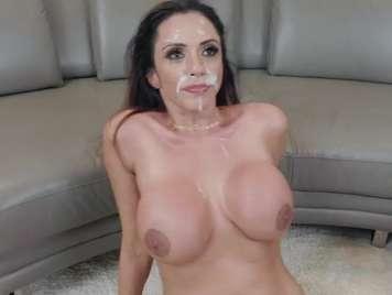 Facial llenando de leche la cara de una latina