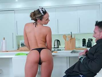 Sirvienta con el coño peludito folla en la cocina