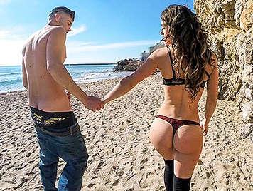 Follando duro en la playa con una jovencita atrevida en tanga