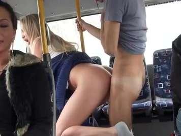 Publico sexo en el autobus con chica desconocida