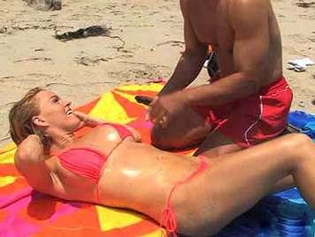 Blond im Bikini großen Titten reitet eine po