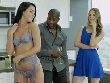 interracial Dreier mit zwei schönen und entzückenden Mädchen