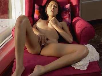 Chica sensual adora estar sola para complacerse