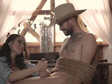 Parodia x cowboy es amarrado por su chica y lo folla