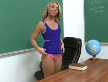 Il professor ragazza gli fa un pompino a uno studente