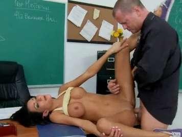 Profesor se folla a su alumna encima de su mesa