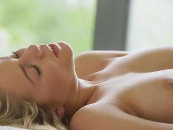 Sensual y bella rubia llega al orgasmo follando