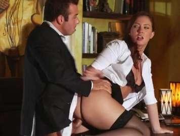Secretaria en faldita quiere sexo sobre la mesa con el jefe