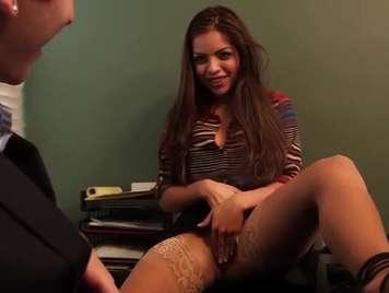 Secretaria se calienta y enseña sus bragas a su compañero