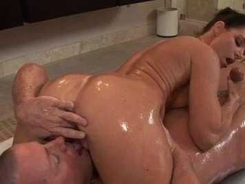 Masaje de joven que termina con duro sexo y leche en el coño
