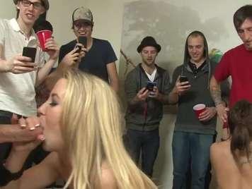 Universitarias putas chupan penes y follan duro