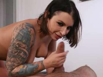 Morena tatuada follando con amigo de su esposo